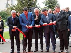 Премьер Гройман открыл новый лабораторный комплекс на фармацевтическом заводе (ФОТО, ВИДЕО)