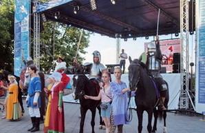 Одесский фестиваль фестивалей открылся парадом с рыцарями, легионерами и динозаврами (ФОТО, ВИДЕО)
