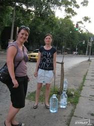 Одесситы спасают деревья на Французском бульваре от жары (ФОТО)