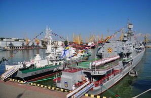 День ВМС в Одессе: утром на боевых кораблях подняли флаги (ФОТО)