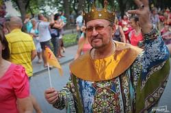 Одесские театралы прошли по Дерибасовской в честь юбилея Музкомедии (ФОТО)