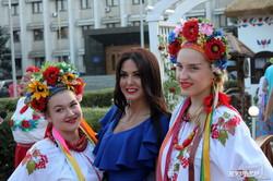 В первый день работы одесского ЗАГСа-хатынки от Саакашвили поженились три пары новобрачных (ФОТО)