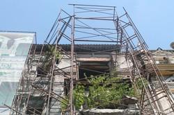 Дом Руссова в центре Одессы снова закрыли тканью (ФОТО)