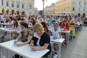 Более 120 одесситов писали диктант по украинскому языку у Дюка (ФОТО)