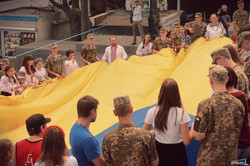 В Одессе на Потемкинской лестнице развернули самый большой флаг Украины (ФОТО)