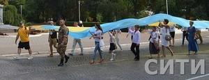 В День Независисмости в Измаиле пронесли стометровый флаг Украины
