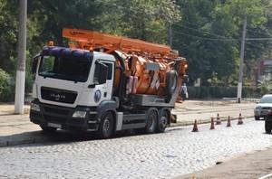 В Одессе чистят ливневку на Французском бульваре