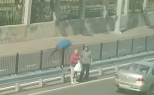 На самой опасной одесской улице пешеходы лезут через разделитель-отбойник