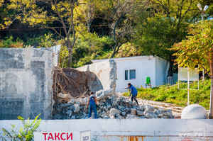 Незаконно установленный в Аркадии забор снова снесли