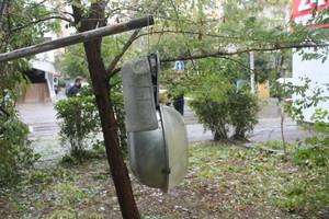 Улица Армейская в Одессе:  воды по колено,  поваленные деревья  и столбы (ФОТО)