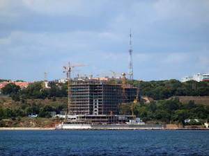 Заброшенная незаконная стройка небоскреба на одесском пляже превратится из гостиницы в жилой дом