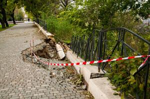 В одесском парке Шевченко сползает склон над портом (ФОТО)