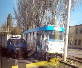 В Одессе на Пересыпи опять авария: грузовичок врезался в трамвай (ФОТО)