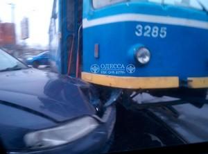 Одессе легковушка влетела в трамвай (ФОТО)