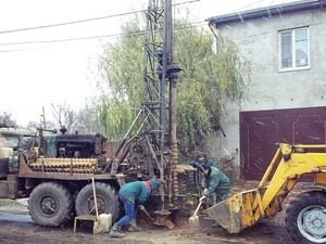 В Одессе на Слободке коммунальщики засыпают опасные катакомбы (ФОТО)