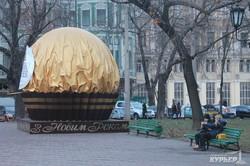 В центре Одессы установили гигантскую конфету (ФОТО)