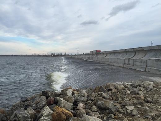 В Одессе продолжается капитальный ремонт дамбы Хаджибейского лимана