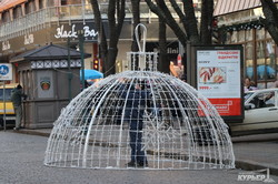 На Дерибасовской устанавливают огромные новогодние шары (ФОТО)