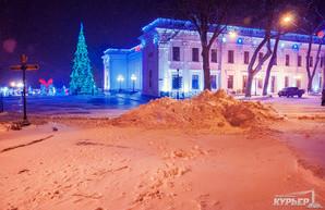Заснеженная Одесса в свете фонарей (ФОТО)