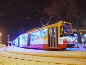 В Одессе завершили празднование Рождества колядками и песнями в украшенных гирляндами трамваях (ФОТО)