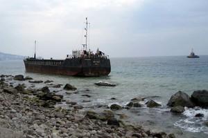 У берегов оккупированного Крыма село на камни грузовое судно (ФОТО)