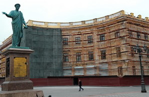 Один из двух полуциркульных домов около одесского Дюка реставрируют (ФОТО)