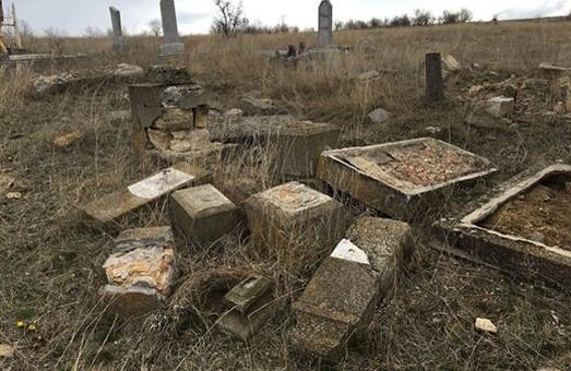 Вандалы уничтожили еврейское кладбище в Одесской области (ФОТО)