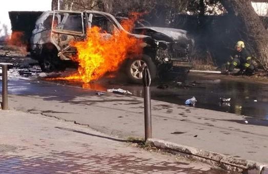 Одна из версий взрыва автомобиля в центре Мариуполя - теракт