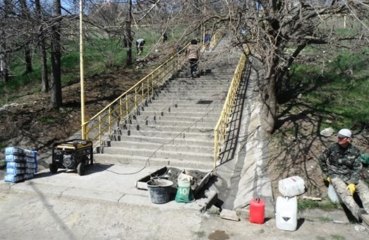 На одесском побережье ремонтируют лестницы, ведущие к пляжам