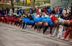 На Думской площади одесситы провели утреннюю зарядку (ФОТО)