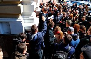 Митинг под зданием областной полиции в Одессе: активисты требовали сдать значки (ФОТО, ВИДЕО)