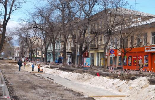 Коммунальщики запрещают горожанам выходить на балконы и обследуют фасады в центре Одессы