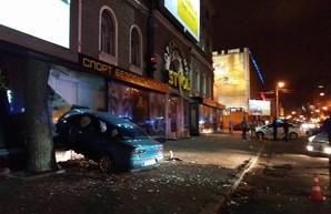 Ночное ДТП в Одессе: пьяный водитель въехал в оружейный магазин (ФОТО, ВИДЕО)