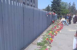В Одессе на Куликовом поле возлагают цветы в память погибших 2 мая (ФОТО)