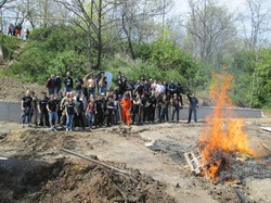 В Одессе активисты подрались между собой и сожгли фундамент пляжного нахалстроя (ФОТО, ВИДЕО)