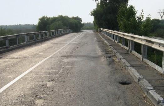 Мост в Одесской области у Паланки: ремонт затягивается на полгода, а объездную дорогу асфальтируют под дождем
