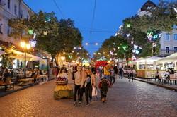 Вечерняя сказка улицы Дерибасовской в Одессе: светящиеся бабочки и фрукты (ФОТО)