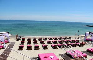 На пляже Дельфин осталось совсем немного места для бесплатного отдыха одесситов (ФОТО)