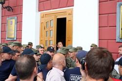 Стычки у входов в здание одесской мэрии: журналистов, депутатов и общественников не пускали на сессию горсовета (ФОТО, ВИДЕО)