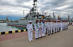 День Флота в Одессе начался с подъема флагов на боевых кораблях (ФОТО)