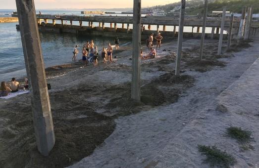 Спасатели одесской мэрии предлагают одесситам отдыхать у моря в тени от металлических контейнеров