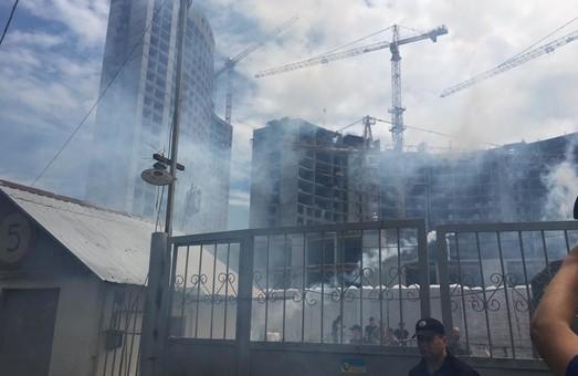 """В Одессе произошли столкновения на незаконной стройплощадке """"Кадорра"""": применены дымовые шашки (ФОТО)"""