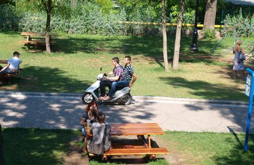 По самому распиаренному парку Одессы начали кататься на мопедах (ФОТО)