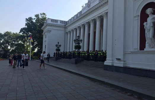 Одесская мэрия оцеплена силовиками (ФОТО)