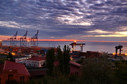 Одесса просыпается: впечатляющий рассвет над морем (ФОТО)
