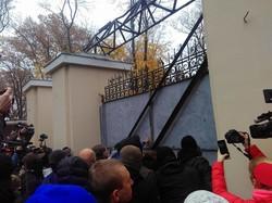 Ворота Летнего театра в одесском Горсаду открыли силой