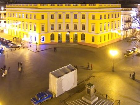 Самый знаменитый памятник Одессы сдуло ветром: его восстановят к юбилею установки (ФОТО)