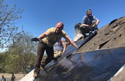 Вместо транспарантов — реальная работа: социалисты и ветераны АТО восстанавливают дома на Донбассе