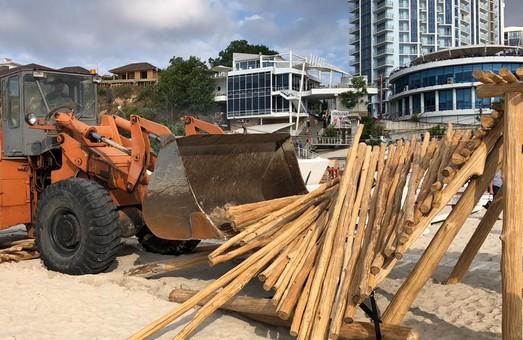 Пляж на 10-й станции Большого Фонтана расчищают от нахалстроев тяжелой техникой (ФОТО)