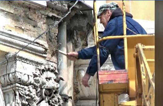 За сбитую лепнину в дома Либмана одесских коммунальщиков оштрафовали по первому разряду